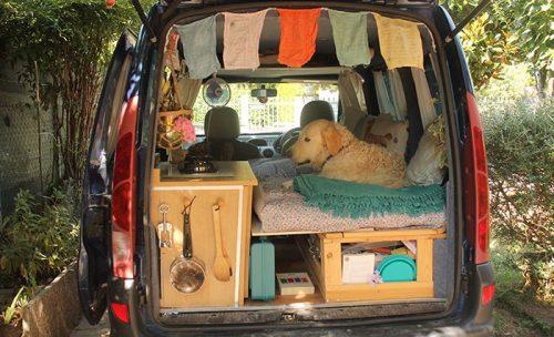 Mulher-transforma-van-velha-em-trailer-e-viaja-pelo-mundo-levando-seu-cão-pdd5-500x333
